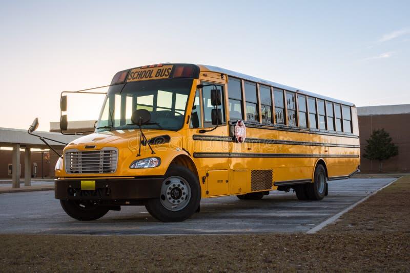 Skolbuss för amerikangulingsvart på skolajordning Transportatio arkivfoto
