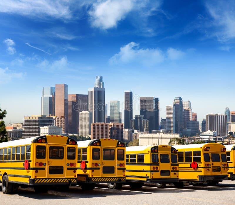 Skolbuss i rad på monteringen för LAhorisontfoto arkivbilder