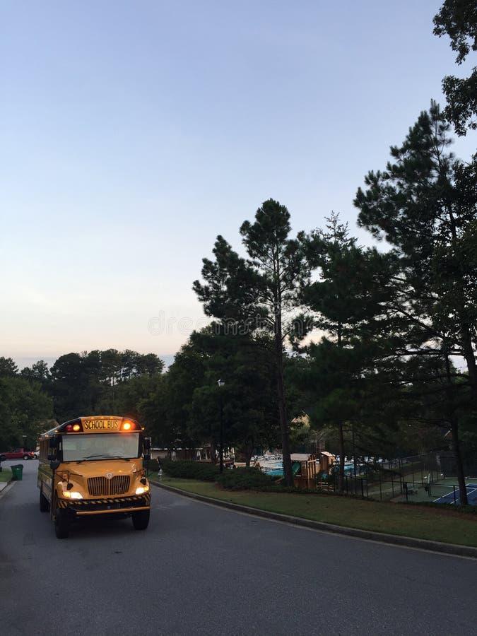 Skolbuss med ljus på royaltyfri foto