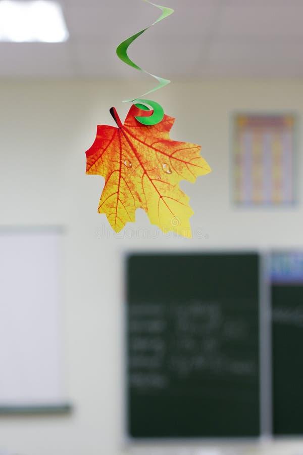 Skolförvaltning med hösttjänstledigheter Vektorillustrationen, eps10, innehåller stordior klassrum arkivbild