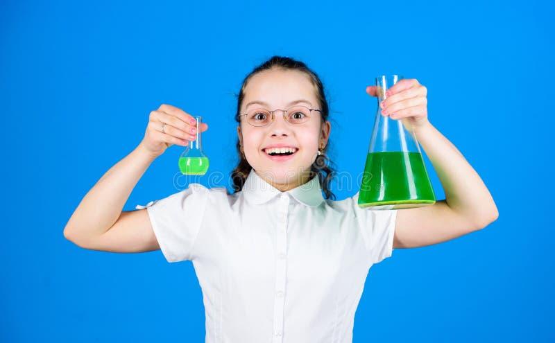 Skolflicka med kemiska flytande Barndom och uppfostran Kunskap och information Experimentera lite Liten unge arkivbild