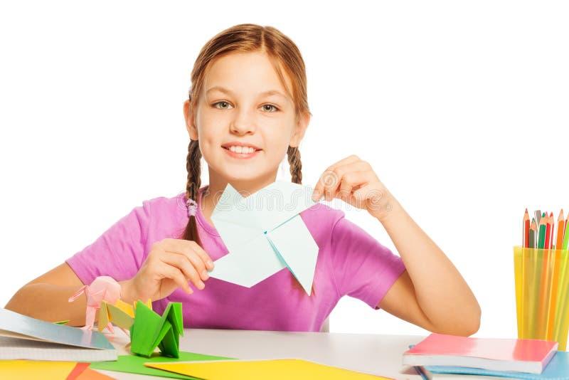 Skolflickan med pappers- origami fläktar i hennes hand royaltyfri foto