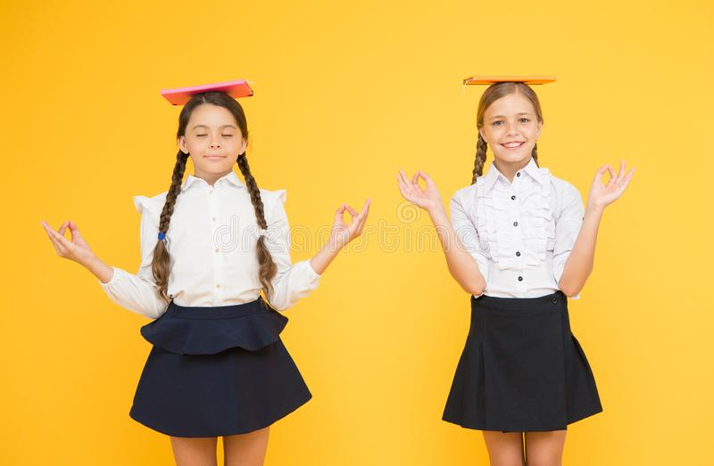 Skolflickavänner som tillsammans studerar Ungar skolar enhetliga hållböcker Livj?mvikt Handla med skolasp?nning royaltyfri bild