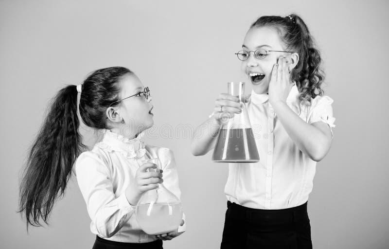 Skolflickav?nner med kemiska flytande Barndom och uppfostran Kunskap och information : arkivbild
