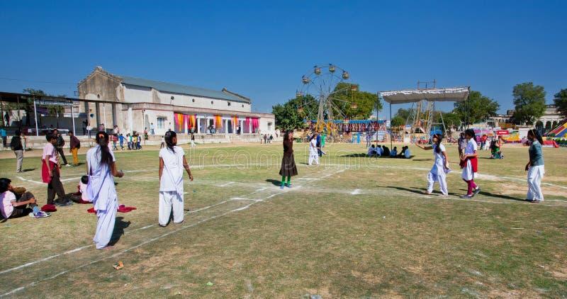 Skolflickor som spelar utanför den indiska byskolan royaltyfri bild