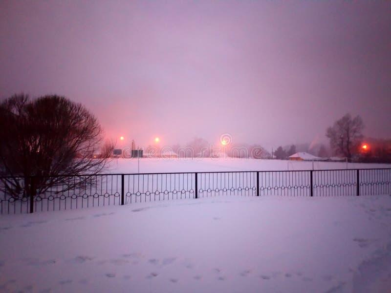 Skolgård i vinteraftonen royaltyfria foton
