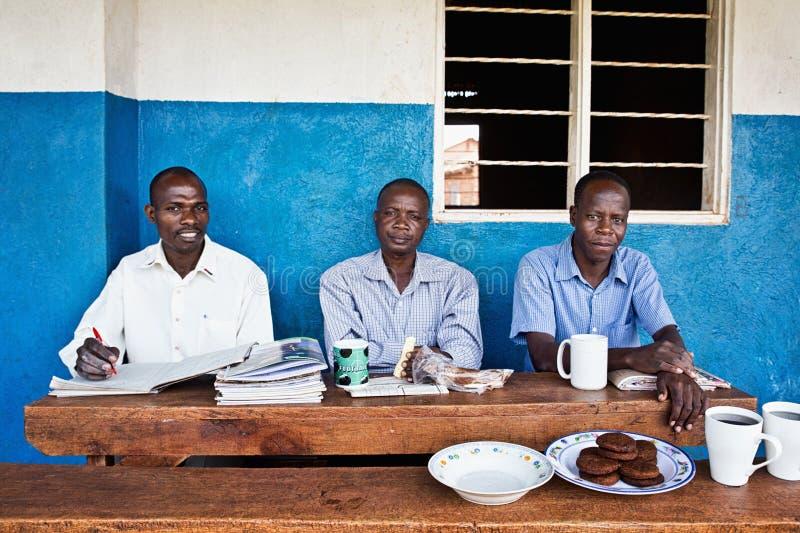 Skollärare nära Jinja i Uganda royaltyfri bild