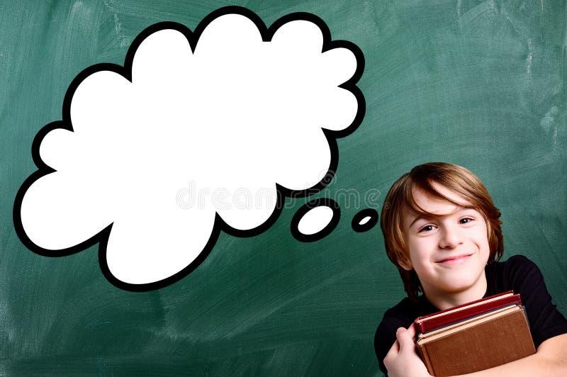 Skolpojke över den tomma svart tavlan för skola med remsatecknade filmen royaltyfri bild