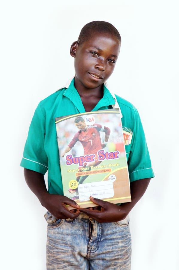 Skolpojke nära Jinja i Uganda arkivfoton
