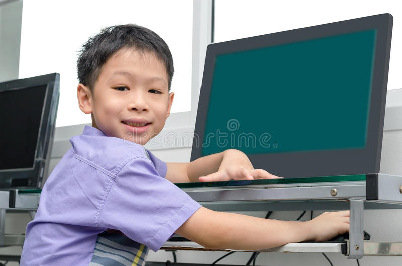Skolpojke som använder datoren fotografering för bildbyråer