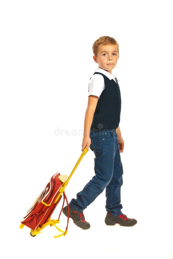 Skolpojke som går till skolan royaltyfri foto