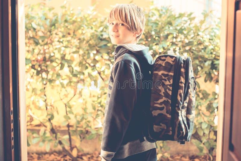 Skolpojken går till skolan royaltyfria foton