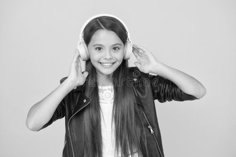 Skolradio dj Lady DJ Long hair glad le flickvän i stadsstil livsstilsbegrepp nyckelkille i headset royaltyfria foton