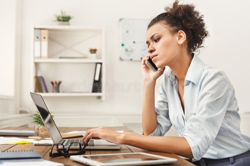 Skoncentrowana biznesowa kobieta opowiada na telefonie zdjęcie royalty free