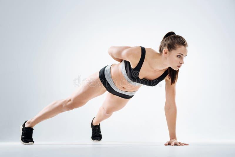 Skoncentrowana dziewczyny pozycja w desce zdjęcie stock