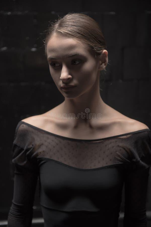 Skoncentrowana tancerz pozycja w ciemnym pokoju zdjęcie royalty free