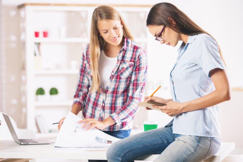 Skoncentrowane kobiety pracuje w biurze zdjęcie royalty free