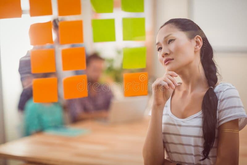 Skoncentrowanego bizneswomanu przyglądająca poczta swój dalej ściana obrazy royalty free
