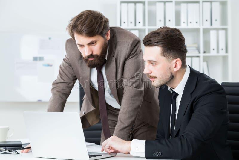 Skoncentrowani biznesmeni dyskutuje biznesowego projekt zdjęcia royalty free