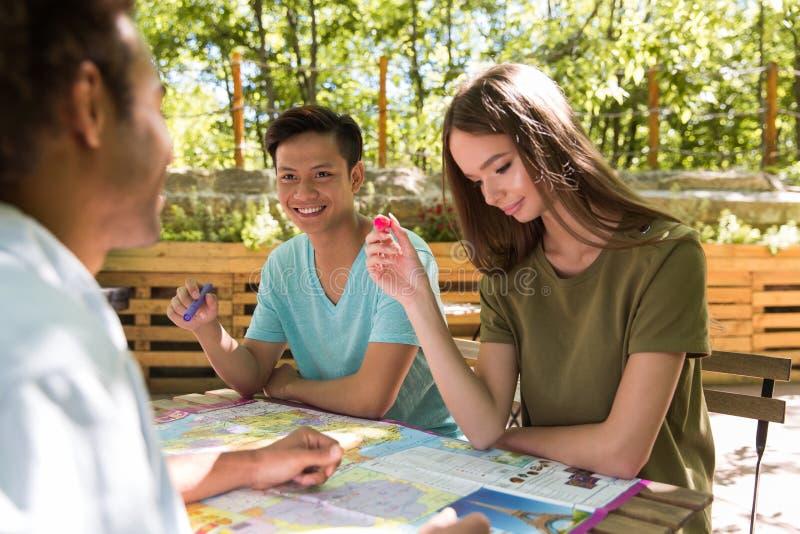 Skoncentrowani młodzi wieloetniczni przyjaciół ucznie outdoors obrazy royalty free