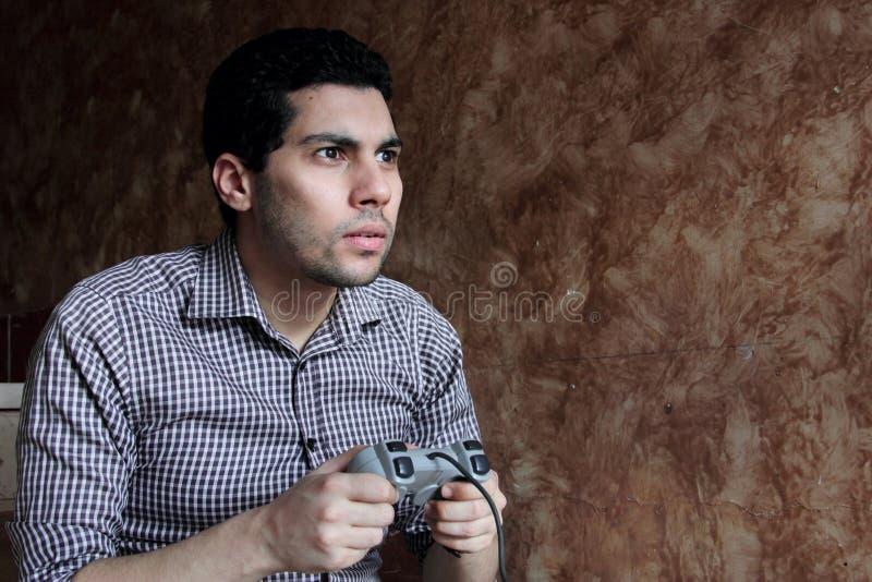 Skoncentrowany arabski egipski biznesmen bawić się playstation obraz royalty free