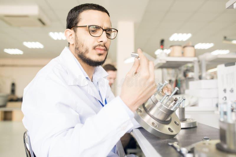 Skoncentrowany Arabski inżyniera viewing szczegół techniczny equipm zdjęcia stock