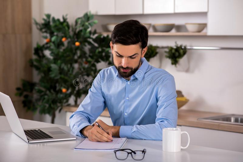 Skoncentrowany biznesmen pracuje w domu zdjęcie stock