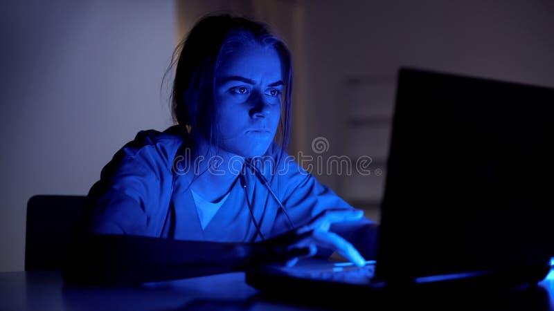 Skoncentrowany doktorski działanie na laptopie przy nocą, wypełnia medyczną kartę pacjent zdjęcia stock