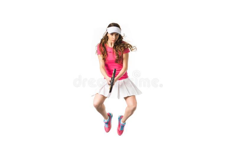 skoncentrowany młody żeński gracza w tenisa doskakiwanie zdjęcie royalty free