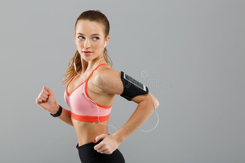 Skoncentrowany potomstwo sportów kobiety bieg odizolowywający zdjęcie royalty free