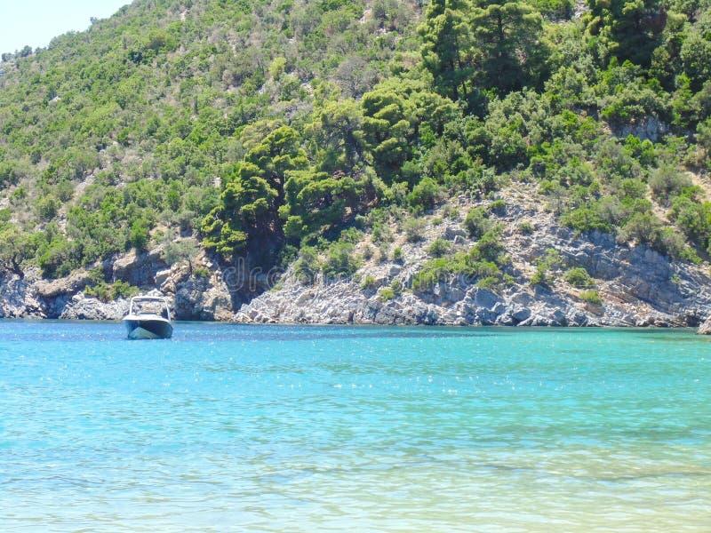 Skopelos wybrzeże blisko Limnonari plaży fotografia royalty free