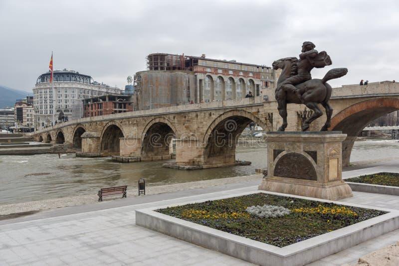 Skopje centrum, gammal stenbro, monument av Karposh och Vardar flod som är beträffande royaltyfri foto