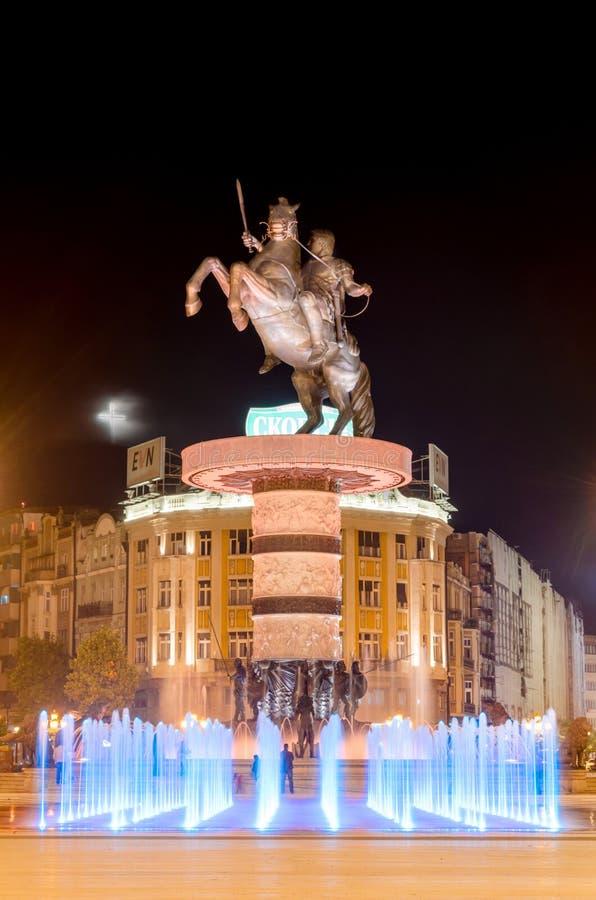 SKOPJE, fontaines de danse illuminées la nuit images libres de droits