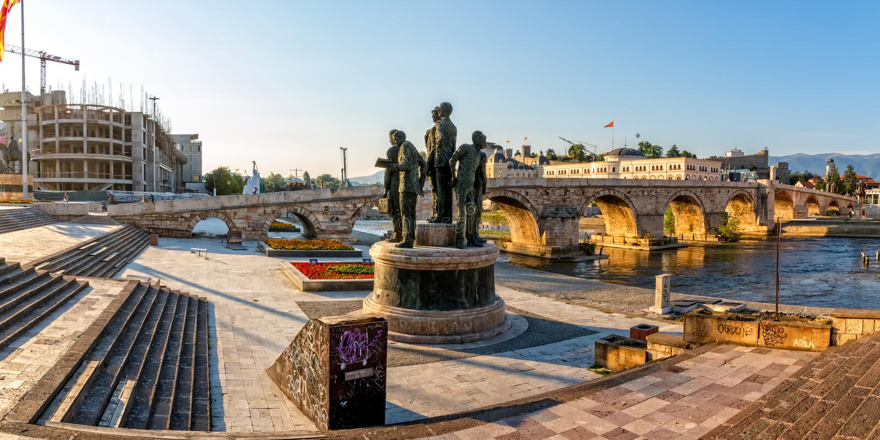 Skopje gammal stenbro arkivbilder