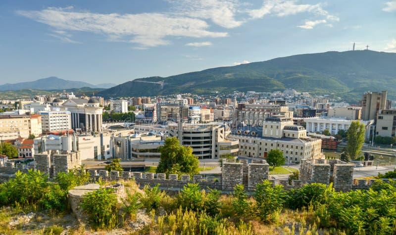 SKOPJE, HET NOORDEN 23 MACEDONIË-AUGUSTUS 2019: De mening die van de heuveltop Skopie-stadscentrum overzien, royalty-vrije stock foto's