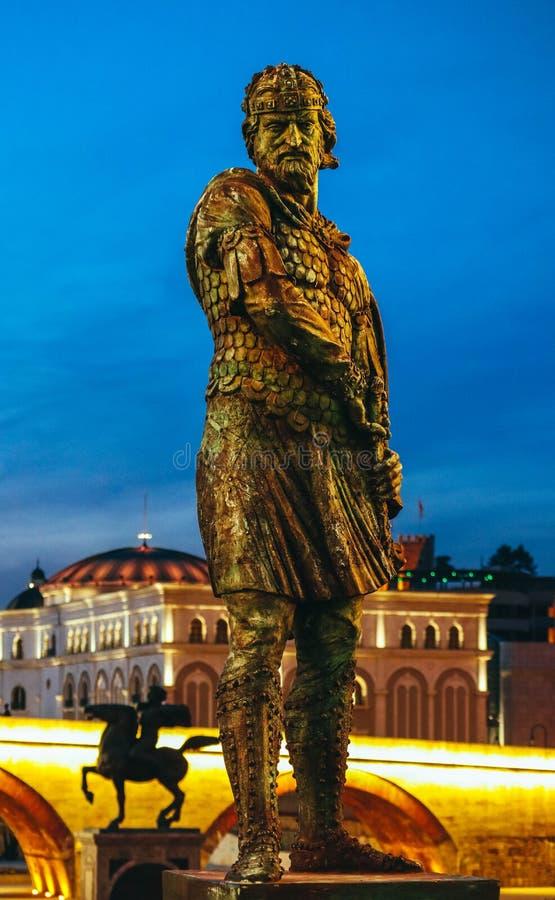 Skopje, Macedônia, Art Bridge na noite Architectu europeu da cidade foto de stock royalty free