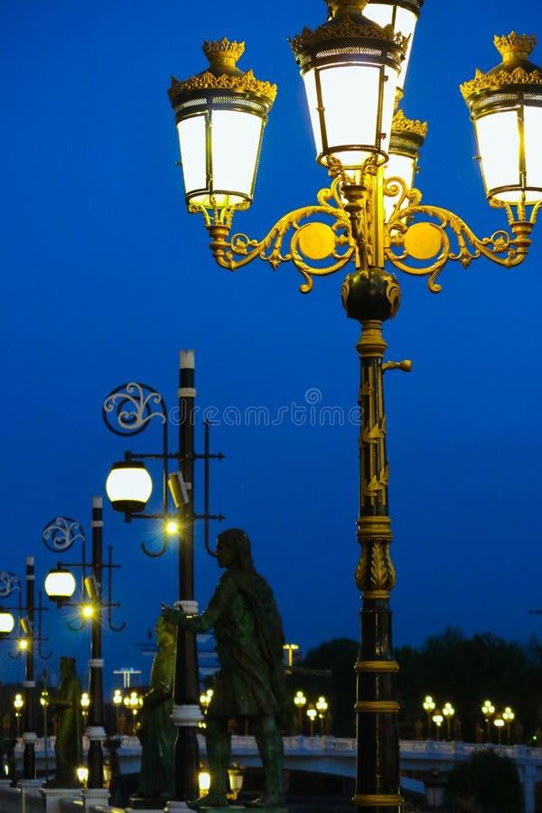 Skopje, Macedônia, Art Bridge na noite Architectu europeu da cidade imagens de stock
