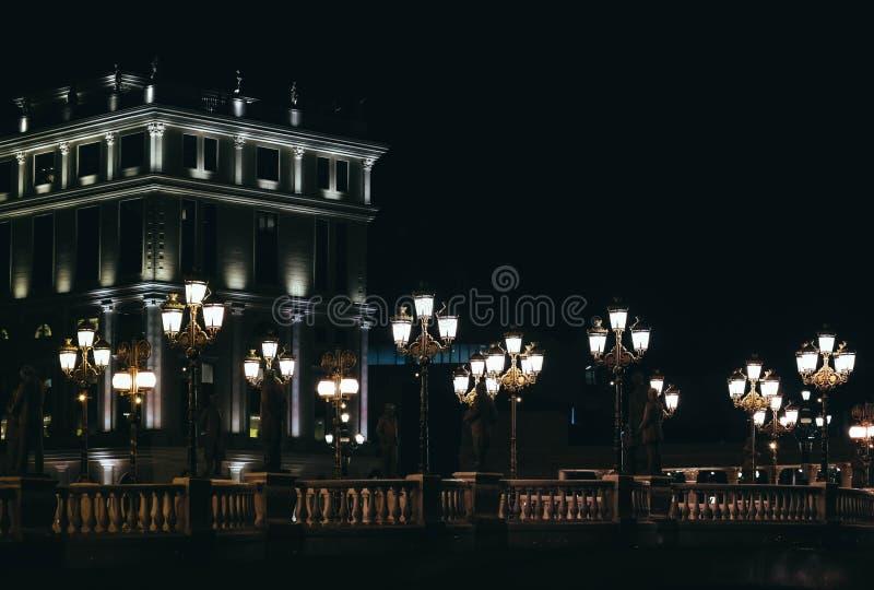 Skopje, Macedônia, Art Bridge na noite Architectu europeu da cidade fotos de stock