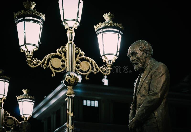 Skopje, Macedonia, Art Bridge alla notte Architectu europeo della città immagini stock