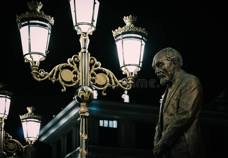 Skopje, Macedonia, Art Bridge en la noche Architectu europeo de la ciudad imagenes de archivo