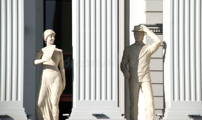 Skopje, Macedonia - 23 de enero de 2013: Estatuas de un hombre y de una mujer en buiding nuevamente adentro abierto del ministeri fotos de archivo