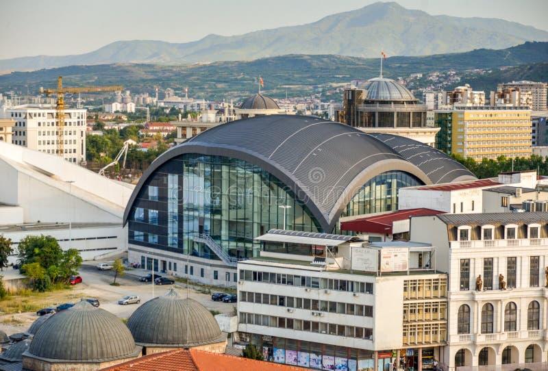 SKOPJE, MACEDONIA DEL NORD 23 AGOSTO 2019: Centro urbano di Skopie e la nuova sala da concerto, fotografie stock