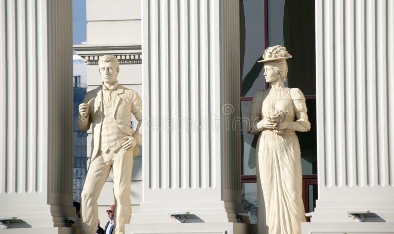Skopje, Macedonia - 23 gennaio 2013: Statue di un uomo e di una donna sul buiding aperto di recente del ministero di affari ester fotografia stock libera da diritti