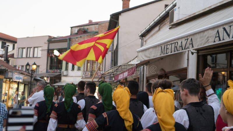 Skopje, Macedonia, Lipiec/- 06 2019: Międzynarodowa parada w ulicach Skopje, Macedonia z tradycyjną kostiumową lud suknią fotografia royalty free