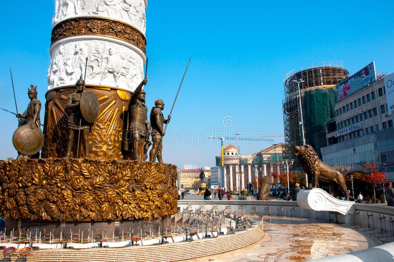 Skopje, Macedonia - novembre 2011 La base del monumento alla fontana di Alexander le grande immagine stock