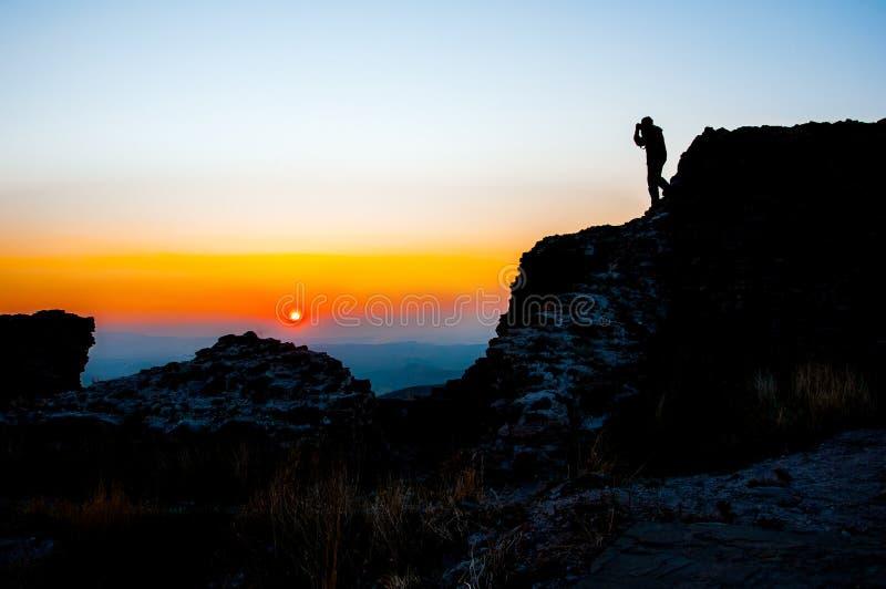 Skopje, Macedonia - novembre 2011 Montagna Vodno, turisti sul contesto del tramonto fotografia stock libera da diritti