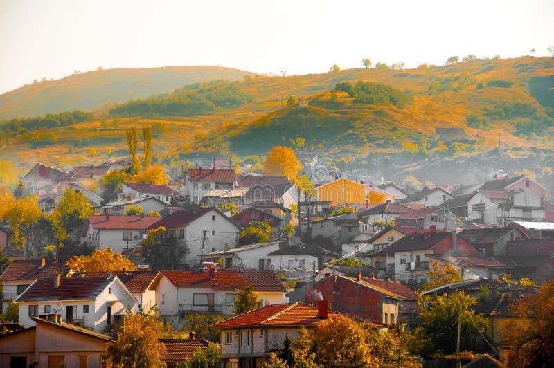 Skopje, Macedonia - novembre 2011 Vista della città europea nel sole di autunno fotografia stock