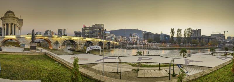 Skopje Macedonia - panorama - fiume di Vardar e ponte della pietra fotografie stock