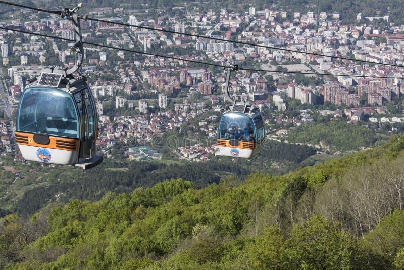 SKOPJE MAKEDONIEN - APRIL16, 2016: Flyg- sikt av kabelbilen på V arkivfoto