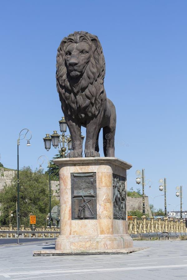SKOPJE MAKEDONIEN - APRIL 14, 2016: Lejonskulptur på westeren arkivfoto